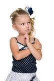 Nachdenkliches blondes kleines Mädchen stockfotografie