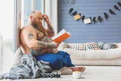 Nachdenkliches Buch des dicken Mannes Lese Stockbild