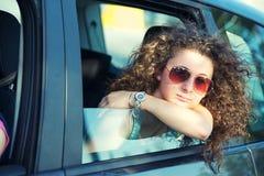 Nachdenkliches Mädchen, das aus Auto-Fenster heraus schaut stockfotografie