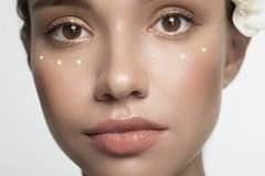 Nachdenkliches Mädchen wendet Emulsion an stockfotos