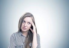 Nachdenkliches Porträt der jungen Frau, grau Lizenzfreies Stockbild