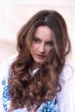Nachdenkliches Porträt einer schönen jungen Frau Lizenzfreie Stockbilder