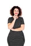 Nachdenkliches schönes curvy Mädchen mit gestreiftem Kleid lizenzfreies stockfoto