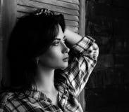 Nachdenkliches schönes Profil der jungen Frau in modischem Schwarzweiss lizenzfreie stockfotos