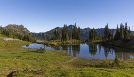 Naches峰顶圈足迹的高山湖在Mt更加多雨的NP 库存照片