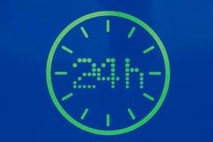 Nachgemacht eine Uhr Assymbol Grüne Punkte wurden auf blauen Hintergrund gezeichnet Piktogramm von 24 Stunden stockfotos