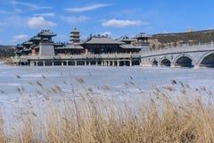 Nachgemachte Gebäude der Antike der chinesischen Art in der Mitte des L Stockfotos