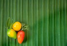 Nachgemachter thailändischer Nachtisch der Früchte (Kanom-Blick Choup) auf Bananenblatt Lizenzfreie Stockfotografie