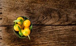 Nachgemachter thailändischer Nachtisch der Früchte (Kanom-Blick Choup) auf Holzfußboden Stockbilder