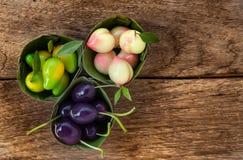 Nachgemachter thailändischer Nachtisch der Früchte (Kanom-Blick Choup) auf Holzfußboden Lizenzfreies Stockbild