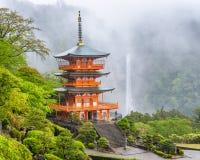 Nachi, Japão em Kumano Nachi Taisha Pagoda e cachoeira foto de stock