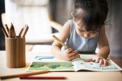Nachkommenschafts-Kleinkind-Adoleszenz-nettes Mädchen-glückliches Konzept Lizenzfreie Stockfotos