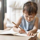 Nachkommenschafts-Kleinkind-Adoleszenz-nettes Mädchen-glückliches Konzept Lizenzfreies Stockfoto
