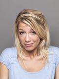 Nachlässigkeitskonzept für junge blonde Frau des Feiglings Stockfotos