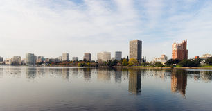 Nachmittags-im Stadtzentrum gelegener Stadt-Skyline See Merritt Oaklands Kalifornien lizenzfreies stockbild