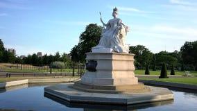 Nachmittagsansicht der berühmten Königin Victoria Statue stock footage