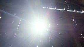 Nachmittagssonne ragt durch die Wand in einer alten Scheune in Neu-England empor stock video