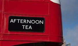 Nachmittagstee auf einem roten Bus stockbilder