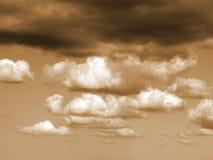 Nachmittagswolken mit einem Glühen Stockfoto