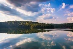 Nachmittagswolkenreflexionen in Prettyboy-Reservoir, Baltimore Co Stockbild
