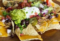 Nacho casalinghi con i chip di tortiglia formaggio e guacamole Fotografie Stock