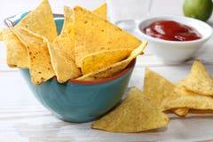 Nacho con salsa in una ciotola blu Immagini Stock Libere da Diritti
