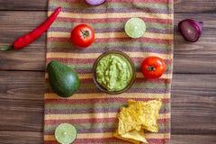 Nacho delle patatine fritte e del guacamole nel tovagliolo colorato Cucina messicana fotografia stock libera da diritti