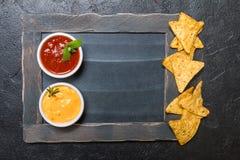Nacho mexicain avec des sauces et le panneau de craie photographie stock libre de droits