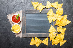 Nacho mexicain avec des sauces et le panneau de craie photographie stock