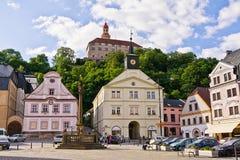 NACHOD,捷克- 2017年7月13日:从Masaryk广场的看法城堡的 免版税库存照片