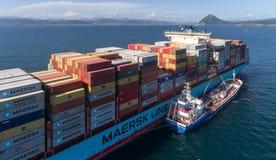 Nachodka La Russia - 22 agosto 2017: Autocisterna Zaliv Vostok di Bunkering una grande nave porta-container Gerner Maersk immagine stock libera da diritti