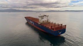 Nachodka La Russia - 11 agosto 2017: Una grande nave porta-container l'APL Parigi è ancorata nel roadstead Fotografie Stock