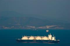 Nachodka La Russia - 5 aprile 2016: Trasportatore di LNG grande Elena al tramonto sulle strade del porto di Nachodka immagine stock