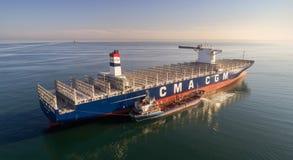 Nachodka La Russia - 29 luglio 2017: Autocisterna Ostrov Russkiy di Bunkering la grande CGM J di CMA della nave porta-container a Fotografia Stock