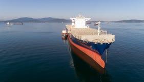 Nachodka La Russia - 29 luglio 2017: Autocisterna Ostrov Russkiy di Bunkering la grande CGM J di CMA della nave porta-container a Immagine Stock Libera da Diritti