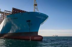 Nachodka, Russland - 12. Januar 2019: Der Bogen eines enormen Containerschiffs Maastricht Maersk an verankert in den Straßen stockfotos