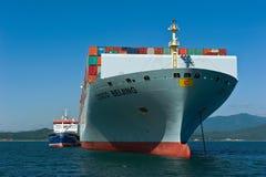 Nachodka Russland - 6. Juli 2016: Bunkering-Tanker Zaliv Nachodka ein großes Containerschiff COSCO Peking Stockfoto