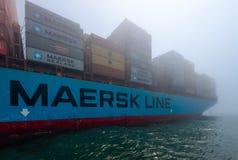 Nachodka, Russland - 12. Juli 2017: Das Containerschiff der Firma Maersk wird nicht durch den Überfall an einem nebeligen Tag ver Stockfotografie