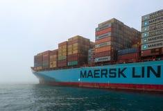 Nachodka, Russland - 12. Juli 2017: Das Containerschiff der Firma Maersk wird nicht durch den Überfall an einem nebeligen Tag ver Lizenzfreie Stockfotos