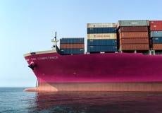 Nachodka Russland - 23. Juli 2018: Der Bogen ist eine geladene Containerschiff EINS Kompetenz verankert am Roadstead Lizenzfreie Stockfotos