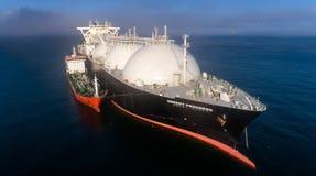 Nachodka, Russland - 28. Juli 2017: Tanker-RN-Polarstern nimmt an bunkering LNG-Tanker Energie-Fortschritt wird verankert in der  Stockbilder