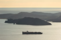 Nachodka Russland - 24. März 2016: Containerschifffirmen COSCO verankert in der Bucht von Nachodka Lizenzfreies Stockfoto
