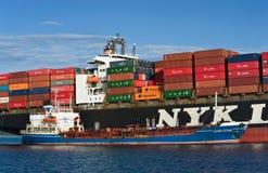 Nachodka Russland - 2. September 2017: Bunkering-Tanker Ostrov Russkiy ein großer Containerschiff NYK Wassermann Stockfoto