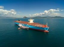 Nachodka Russland - 7. September 2017: Bunkering-Tanker Zaliv Nachodka ein großes Containerschiff Maersk Honam Stockfotografie