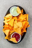 Nachos με το κέτσαπ και guacamole στοκ φωτογραφίες