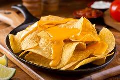 Nachos avec de la sauce au fromage photo stock