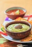 Nachos avec le guacamole, le piment et le Salsa Photo libre de droits