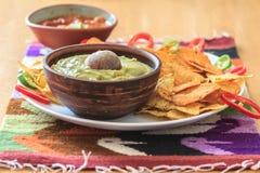 Nachos avec le guacamole, le poivre et le Salsa Photo stock