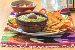 Nachos avec le guacamole, le poivre et le Salsa fait maison Images stock