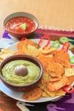 Nachos avec le guacamole, le poivre et le Salsa frais Photographie stock libre de droits